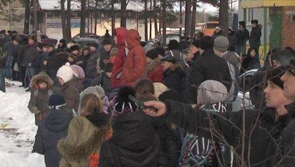 Толпа зевак собралась посмотреть на охваченный пламенем торговый центр