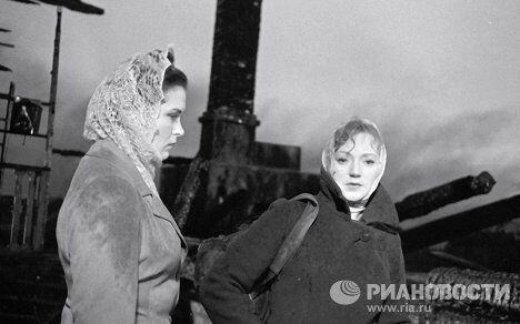 Актрисы Людмила Касаткина и Изольда Извицкая на съемках фильма Вызываем огонь на себя