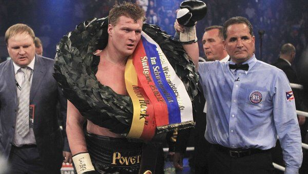 Российский боксер Александр Поветкин в Штутгарте по очкам победил немца Марко Хука