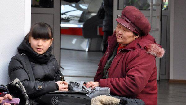 Жители Кызыла собираются в эвакуационном пункте после землетрясения
