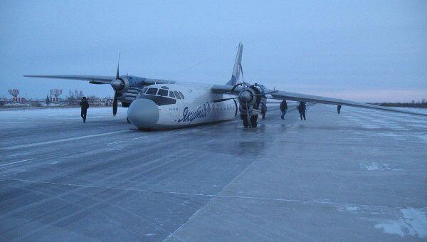 Самолет Ан-24, принадлежащий авиакомпании Якутия в аэропорту Якутска