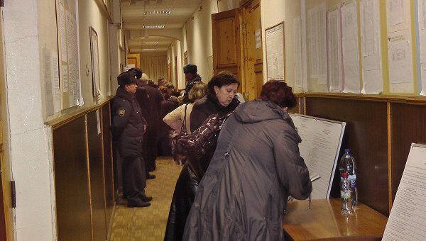 Под усиленной охраной полиции идет процесс сдачи заполненных бюллетеней в ТИК города Костромы