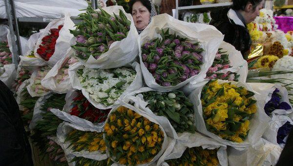 Продажа цветов к празднику 8 Марта, фото из архива