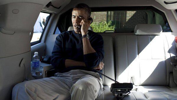 Президент США Барак Обама во время разговора с президентом Афганистана Хамидом Карзаем