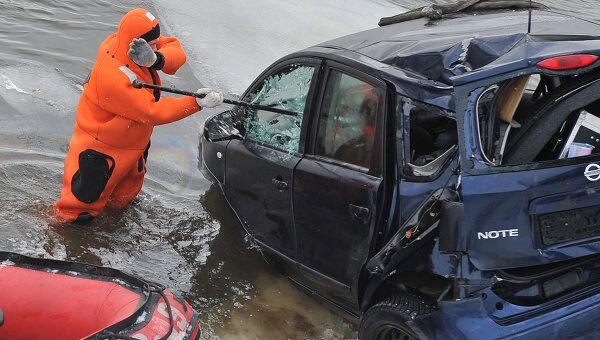 Иномарка упала в Москву-реку в районе Пречистенской набережной