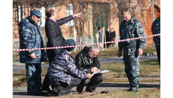 Сотрудники правоохранительных органов на месте, где произошло покушение на мэра Владикавказа Виталия Караева