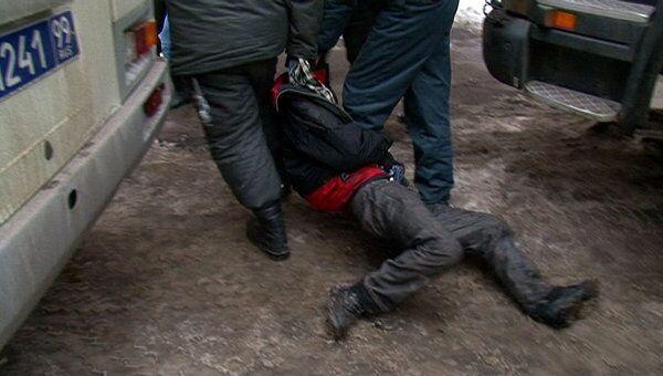 Полиции пришлось внести в автобус задержанного, который мешал сносу здания