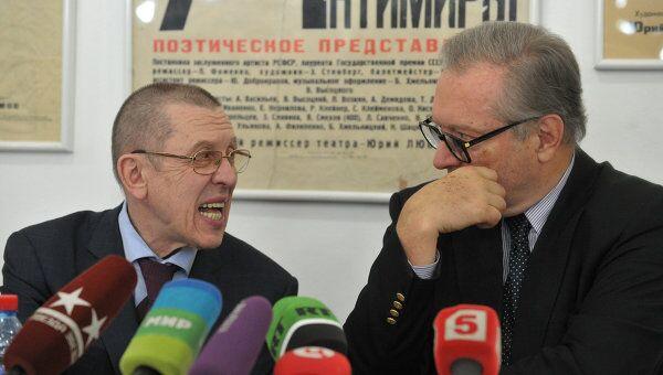 Режиссеры Валерий Золотухин и Кшиштоф Занусси во время пресс-конференции