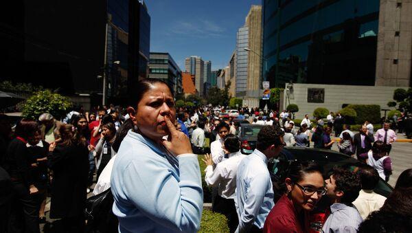 Жители Мехико вышли на улицы после подземных толчков в южном штате Герреро