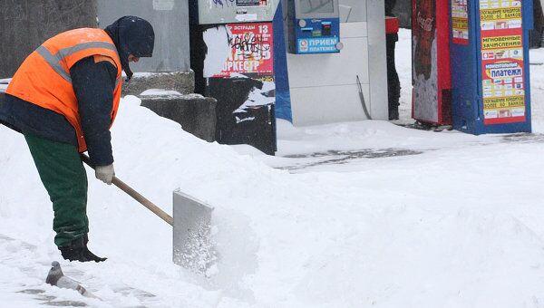 Коммунальщики Москвы еще три дня будут вывозить снег, выпавший в понедельник