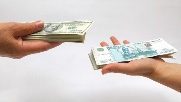 Рублевые и долларовые купюры. Архив