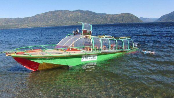 Катер, затонувший с туристами на Телецком озере в Горном Алтае в 2011 году