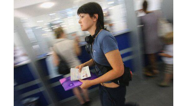 Количество россиян, желающих уехать из страны, за последние девять месяцев сократилось вдвое