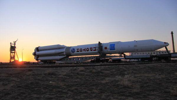 Вывоз на старт ракеты-носителя (РН) Протон. Архив
