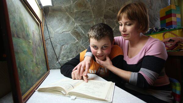 Логопед-дефектолог из центра Наш солнечный мир работает с ребенком-аутистом