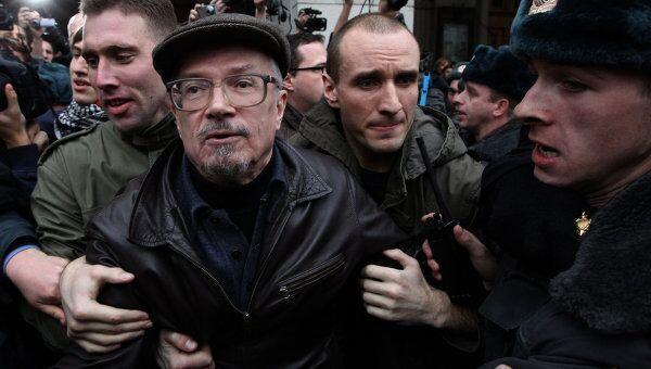 Один из лидеров движения Другая Россия Эдуард Лимонов во время несанкционированной акции в защиту 31-й статьи Конституции на Триумфальной площади столицы. Архив