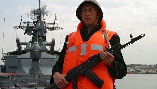 Военнослужащий у корабля Сметливый. Архивное фото