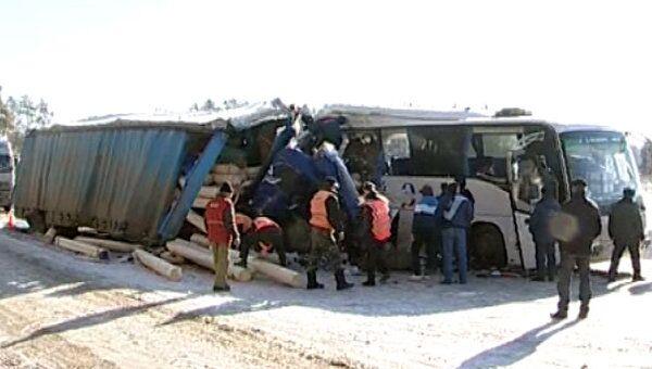 Грузовик превратился в груду железа после столкновения с автобусом
