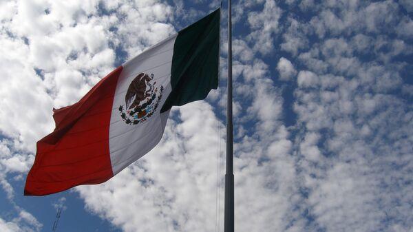 Флаг Мексики на центральной площади Мехико