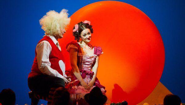 Сцена из спектакля Любовь к трем апельсинам Екатеринбургского театра оперы и балета