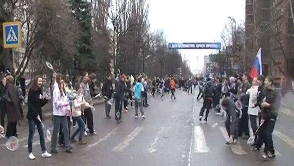 Полторы тысячи горожан сыграли в бадминтон на главной улице Королева