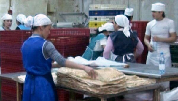 Мигранты изготавливали хлеб в антисанитарных условиях голыми руками