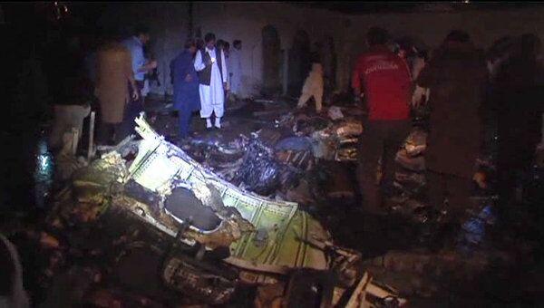 Крушение пассажирского лайнера в Пакистане. Первые кадры с места ЧП