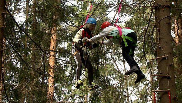 Волонтеры ходят по канату и учатся распутывать веревки перед Олимпиадой-2012