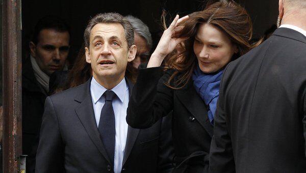Николя Саркози с супругой покидают избирательный участок