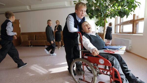 Инвалид детства Кирилл Дроздков в школе № 1161, где установлен ступенькоход для инвалидов-колясочников