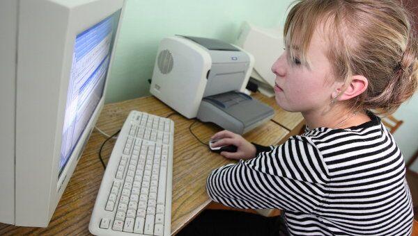 Школьница за компьютером