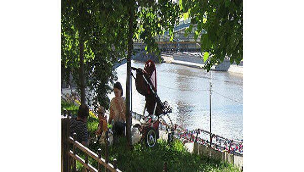 Отдыхающие на берегу Москва реки
