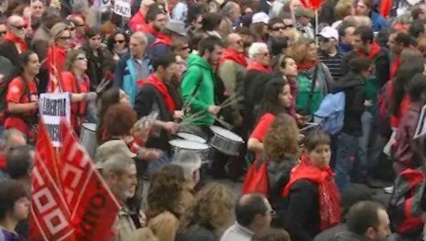 Тысячи испанцев, недовольных трудовой реформой, заполонили улицы Мадрида
