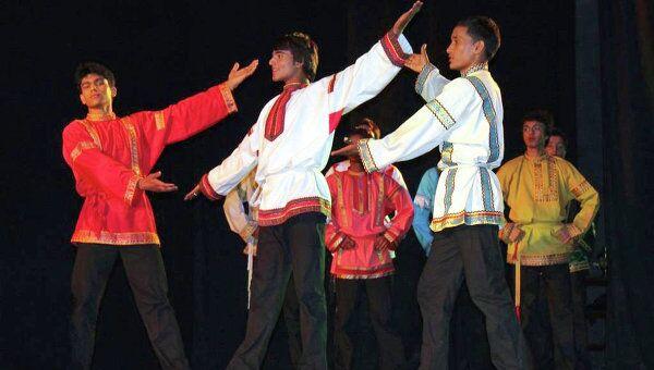 Молодые индийцы танцуют русский балет