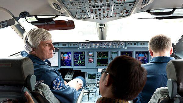 Кабина пилотов самолета Superjet-100, пропавшего с экранов радаров в Джакарте