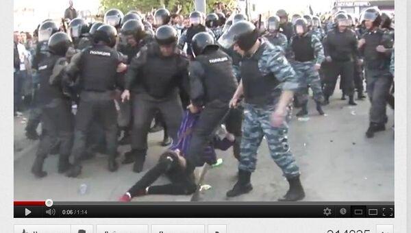 Скриншот видеоролика Избиение полицейским участницы Марша миллионов, выложенного на youtube