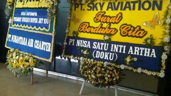Венок в память о погибших при крушении самолета Superjet-100 в Индонезии