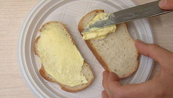 Маслом вверх или вниз: проверяем закон бутерброда. Видеоэксперимент