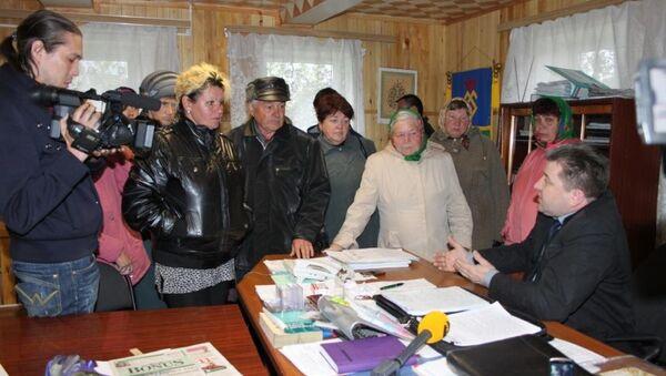 Глава Иглинского района Рафик Мусин (на фото справа) беседует с жителями Урмана