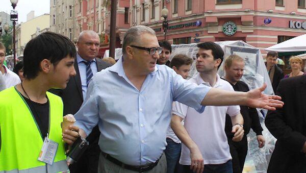 Жириновский угощал мороженым участников народных гуляний на Арбате