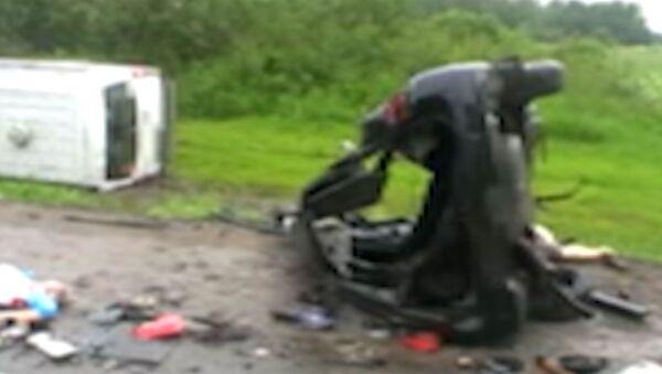 Искореженные в ДТП машины раскидало по округе