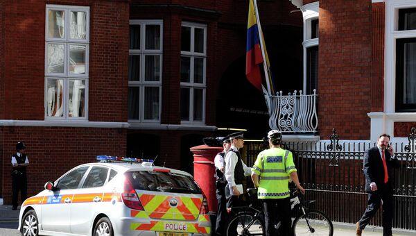 Полиция дежурит возле здания посольства Эквадора в Лондоне