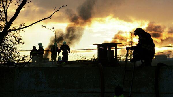 Ликвидация пожара на мебельном складе на Амурской улице в Москве