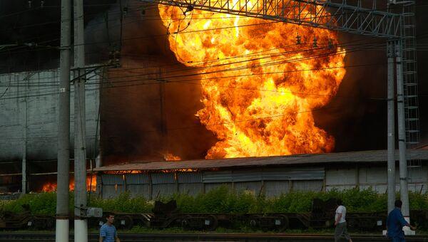 Пожар рядом с железнодорожной станцией Подольск. Горит промз