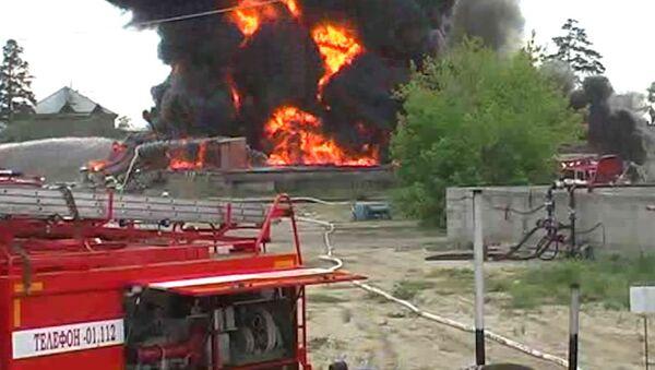 Резервуар с нефтью горит в Ангарске, спасатели ищут пропавших людей