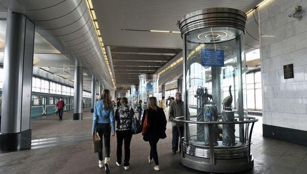 Пассажиры на станции московского метрополитена Воробьевы горы. Архивное фото
