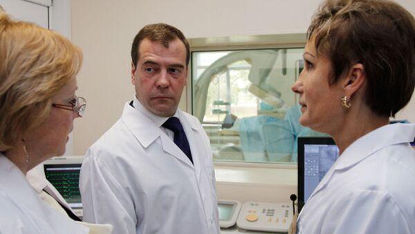 Медведев узнал, как лечат сосуды и что нужно врачам на Сахалине