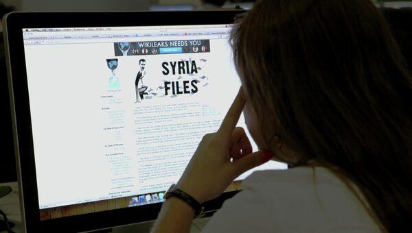 Пользователь читает Сайт политических разоблачений WikiLeaks. Архивное фото