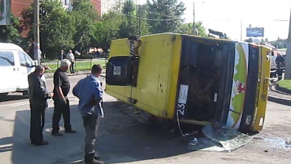 Автобус с 20 пассажирами перевернулся на Украине. Кадры с места ДТП