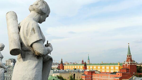 Вид на Кремль с крыши Российской государственной библиотеки имени Ленина в Москве